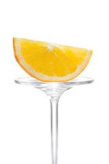 Halbierte Orangenscheibe auf Glas präsentiert