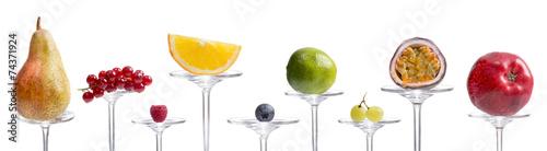 Viele verschiedene Früchte auf Glas präsentiert