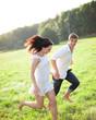 Junge Frau läuft barfuß über Wiese