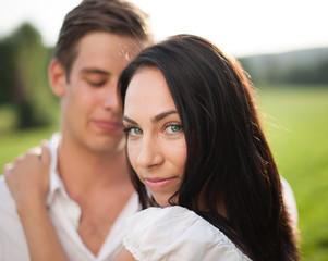 Schönes, junges Paar glücklich in der Natur