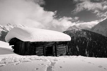Alphütte mit Schnee