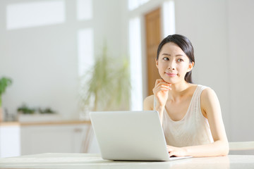 パソコン・若い女性