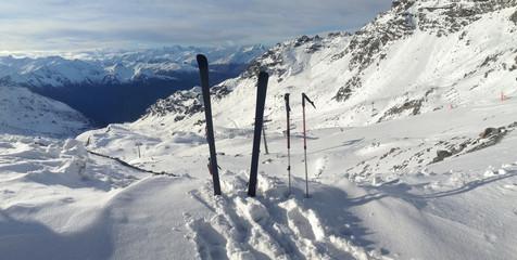 ski plantés dans la neige