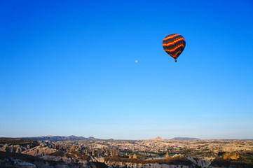 日の出にカッパドキア上空を遊覧する気球