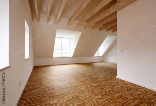 Moderne Dachgeschosswohnung mit hölzernen Deckenbalken - 74389176