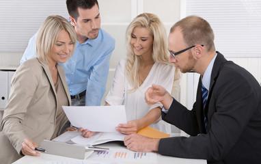 Kollegen im Büro in einer Besprechung: Männer und Frauen im Team