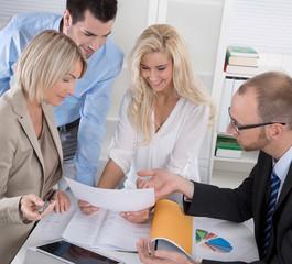 Frauenanteil in Unternehmen: Business Meeting Männer und Frauen