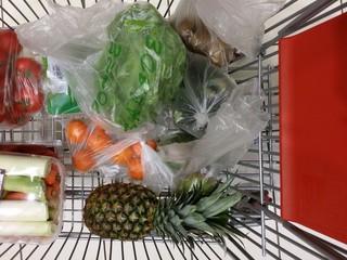 Chariot rempli de provisions alimentaires