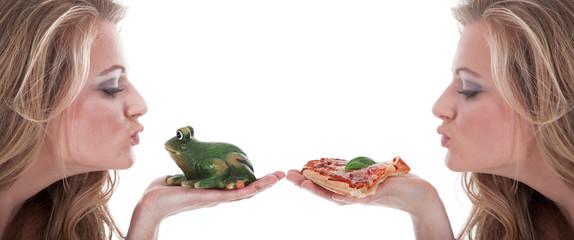 Frau küsst Frosch und bekommt ein Stück Salami Pizza