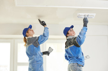 Plastererst at indoor ceiling work