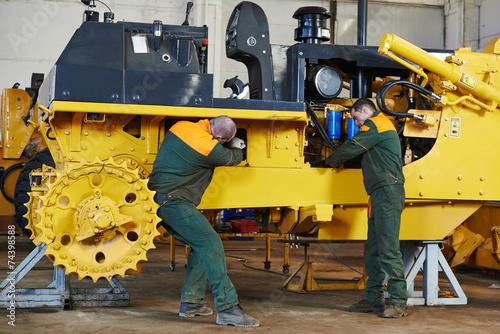 industrial assembler worker - 74398588