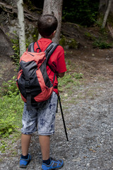 bambino fa trekking