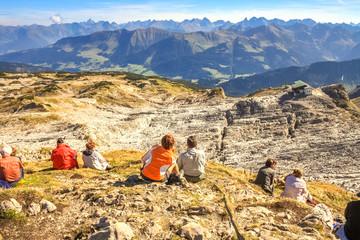 Wanderer geniessen Bergpanorama