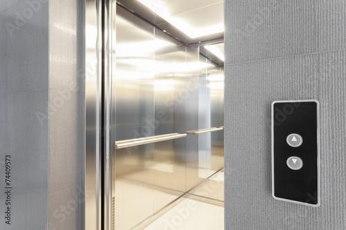 Leinwanddruck Bild Entry to elevator