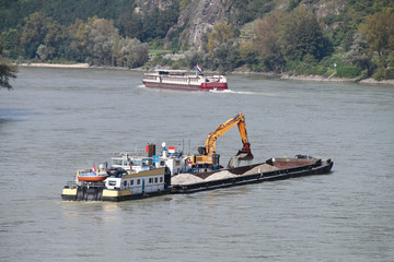 Donau - 003 - Schifffahrt - Bagger