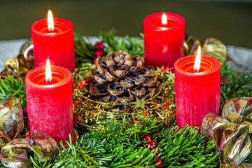 Adventskranz mit brennenden Kerzen