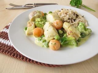Reis mit Fisch und Gemüse in Senfsauce