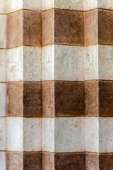 Mauer Vorsrpünge aus braunen und weissen Steinen