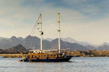 Segelboot vor Sharm el Sheikh  mit Sinai Bergen