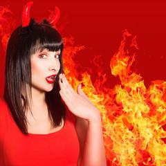 Портрет красивой сексуальной женщины в образе дьявола.