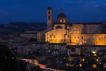Il palazzo ducale ed il duomo di Urbino al crepuscolo
