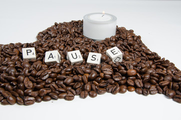 Kaffeebohnen mit Schrift Pause