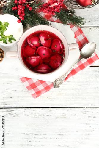Tradycyjny polski barszcz czerwony z kluskami i