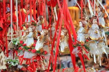 Engel und Christkinder als Christbaumschmuck am Adventmarkt