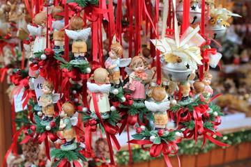Christkind-Figuren auf einem Adventmarkt
