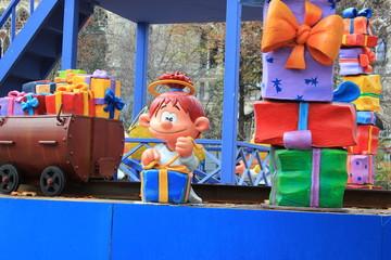 Das Christkind packt Weihnachtsgeschenke ein