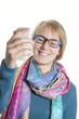 Mädchen macht lachend ein Selfie von sich