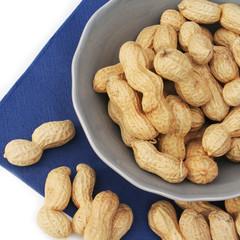 ciotola di arachidi_ sfondo bianco