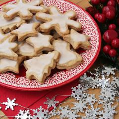 biscotti glassati  su piatto_ Natale