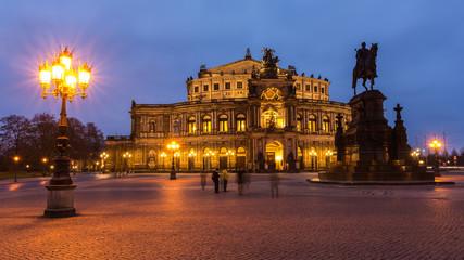Dresdner Semperoper im Abendlicht