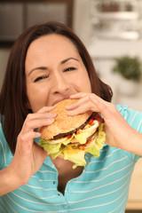 Frau mit Cheeseburger
