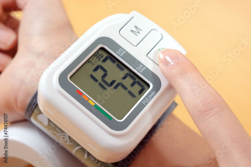 Digitales Blutdruckmessgerät mit LCD Display