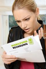 Frau ist schockiert wegen hoher Mobilfunk Rechnung