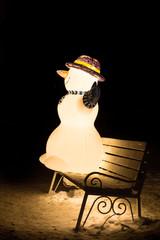 Снеговик на скамейке.
