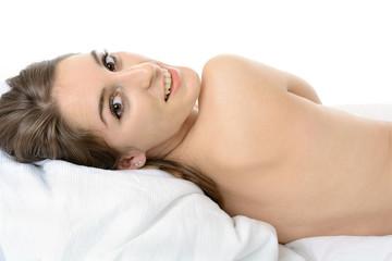 Hübscher Teenager liegt im Bett