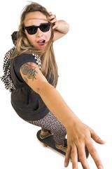 Giovane ragazza sullo skate