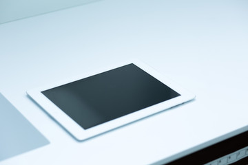 Tablet Computer auf weißer Unterlage