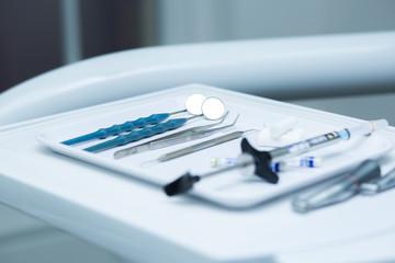 Zahnarzt Besteck auf Zahnarzt Stuhl Ablage