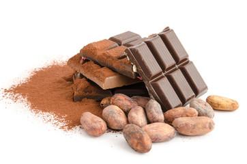 Schokoladenstückchen und Kakaobohnen