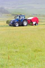 travaux des champs, fauchage mécanique, botteleuse