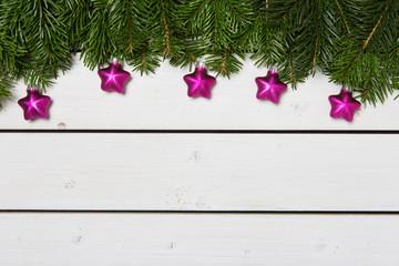 Weihnachtlich geschmückte Tannenzweige