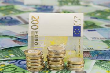 Münzenstapel und Euro Geldscheine