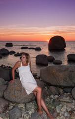 Frau im Sommerkleid an der Küste Ölands, Schweden