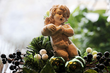 Kleiner Engel singt in der Weihnachtszeit
