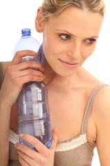 Frau mit Wasserflasche in der Hand