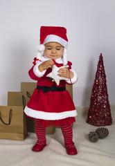 Niña vestida de Mama Noel